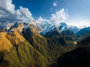 Bonitas montañas iluminadas por el sol
