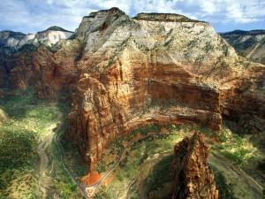 Carretera bajo las montañas rocosas