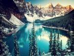 Montañas nevadas junto al lago