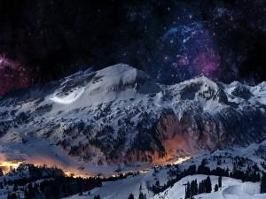 Bonito cielo estrellado sobre las montañas blancas