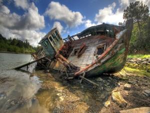 Barco abandonado a orillas de un río