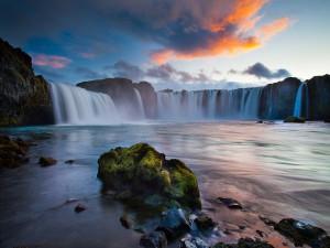 Bonitas cascadas vistas al amanecer