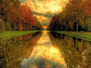 Cielo reflejado en el canal de un parque