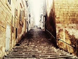 Escaleras empinadas en una calle