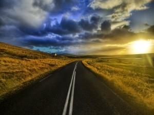 Contemplando el amanecer desde una carretera