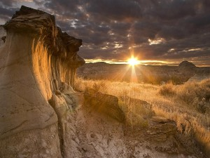 Sol brillando en un paisaje rocoso