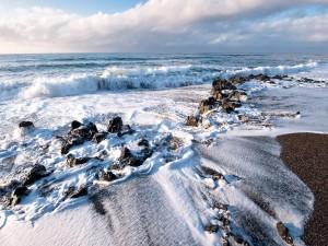 Pequeñas rocas en la orilla del mar