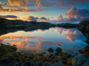 Nubes reflejadas en un lago