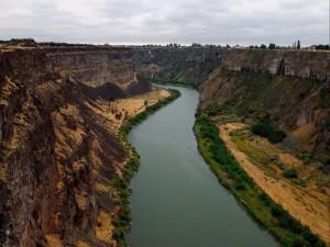 Río fluyendo en un cañón