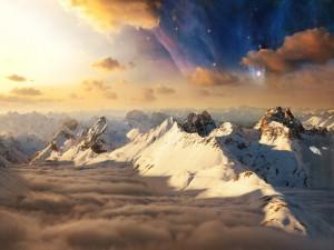 Cadena montañosa iluminada por el sol