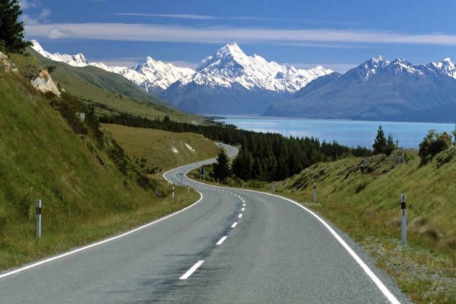 Carretera con vistas a las montañas y un lago