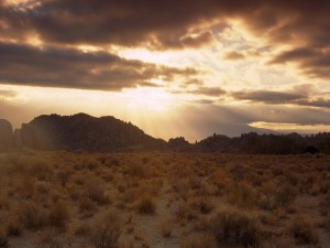 Cielo nuboso en el desierto
