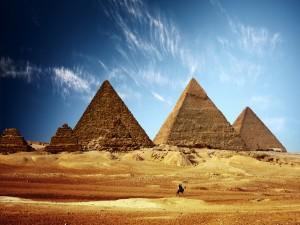 Paseando en camello por las pirámides de Egipto