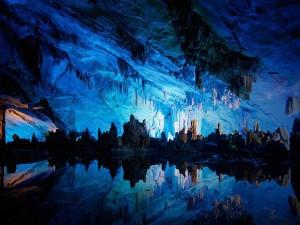 Cueva con hielo y agua