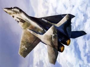 Avión de combate entre las nubes