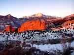 Nieve en un paisaje rocoso