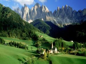 Pueblo verde entre montañas