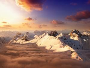 Montañas y nubes iluminadas por el sol