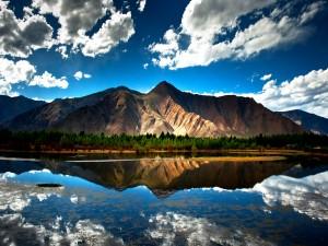 Montañas y nubes flejadas en el lago