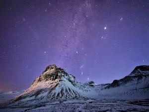 Estrellas sobre la montaña