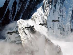 Aviones de combate volando entre montañas