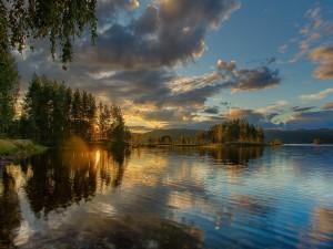 Bonito cielo sobre el lago
