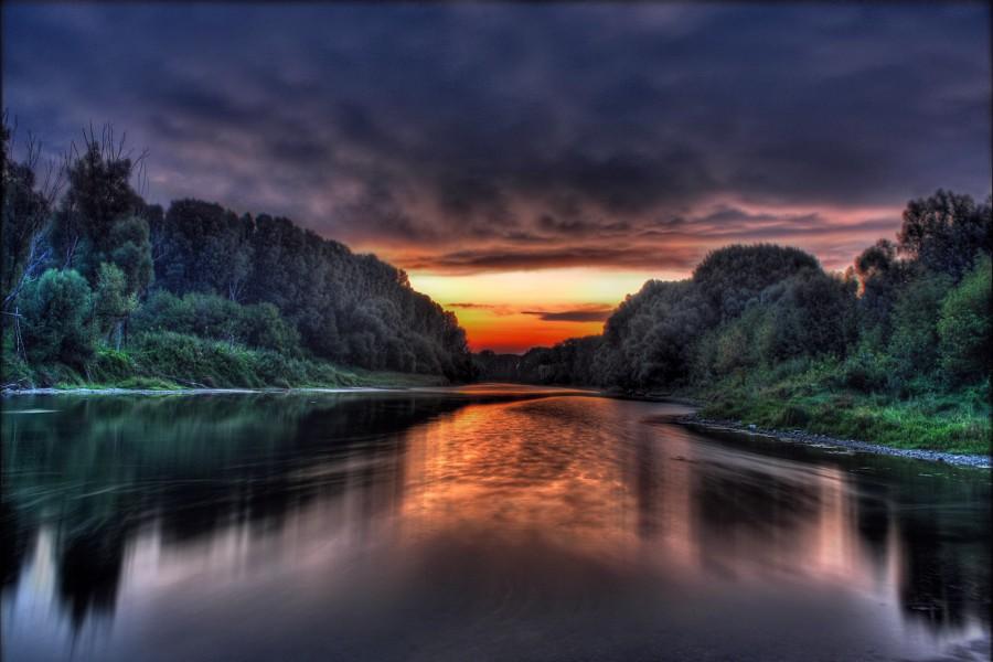 Un gran río visto al amanecer