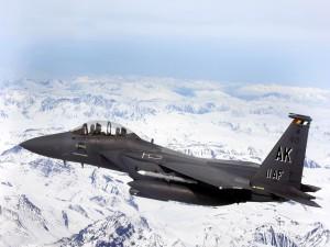 Avión militar de Alaska sobrevolando las montañas