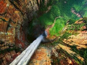 Hermosa cascada vista desde arriba