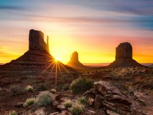 Sol brillando en Monument Valley (Valle de los Monumentos)