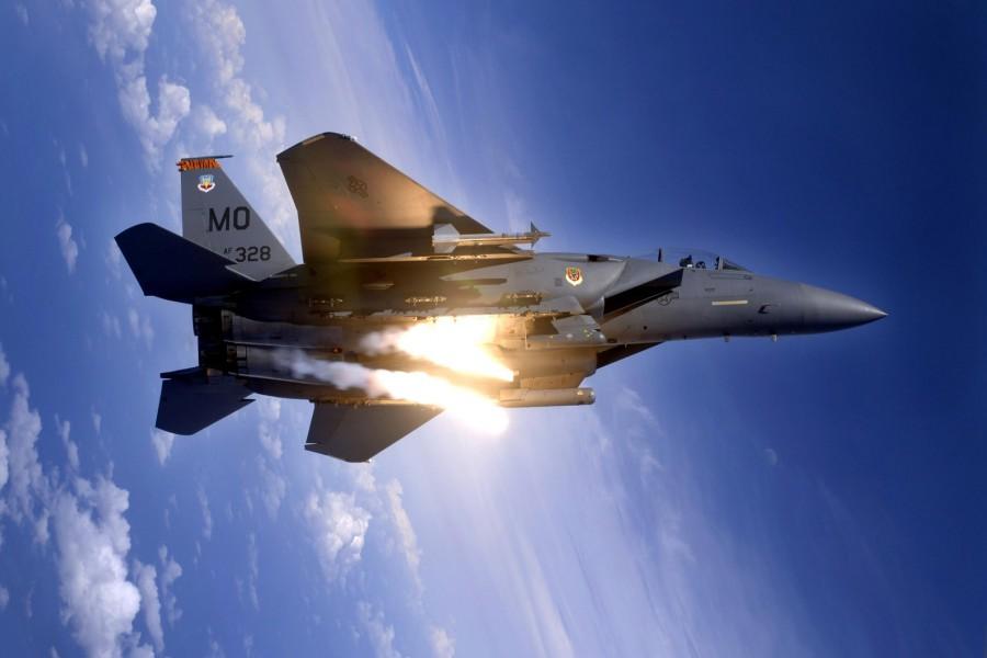 Avión de combate lanzando misiles