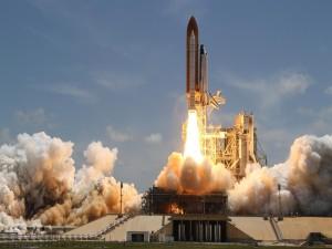 Cohete despegando de la Tierra