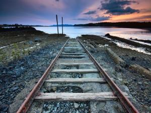 Fin de la vía en la orilla del lago