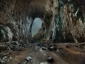 Puerta en la pared de roca