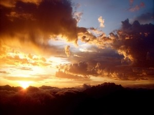 Sol sobre una gruesa capa de nubes
