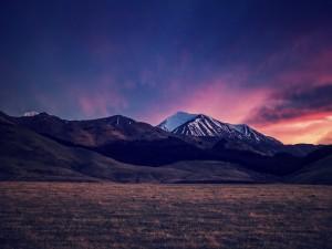 Llanura bajo las montañas