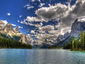 Gran lago entre montañas