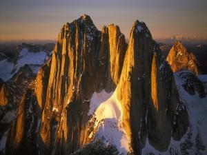 Nieve entre los picos montañosos
