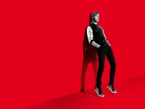 David Guetta en fondo rojo