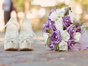 Un bonito ramo de novia junto a unos accesorios nupciales
