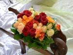 Bello ramo de rosas en una carretilla