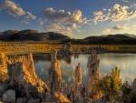Sol iluminando las rocas y el lago