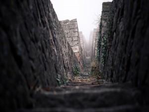Pasillo entre muros de piedra