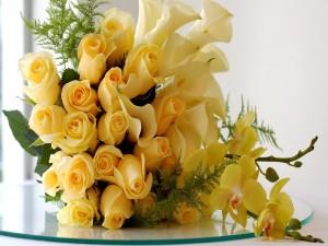 Centro de mesa amarillo con rosas, calas y orquídeas