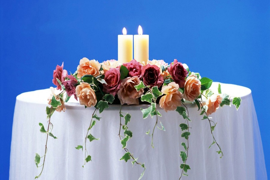 Arreglo floral con velas sobre una mesa