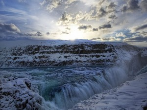 Cascada en un paisaje nevado