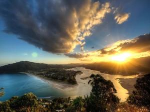 Sol iluminando el bonito paisaje marino