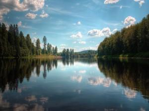 Nubes blancas sobre el lago