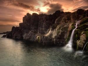 Pequeñas cascadas cayendo al mar