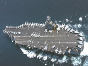 Vista aérea de un portaaviones